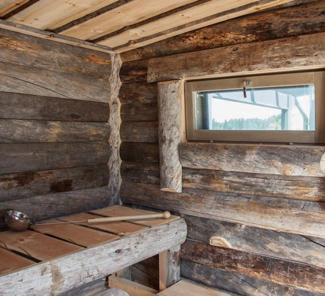 Kelopaneelista valmistettu sauna kelolauteilla.