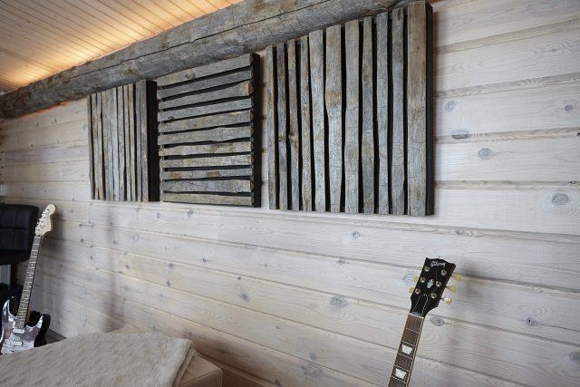 Kolme Uhtua Akustik -keloakustiikkalevyä seinällä
