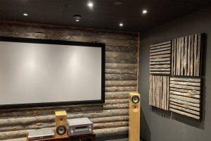 Huliswoodin kelopaneeliseinä ja Uhtua Akustik -akustiikkapanelit