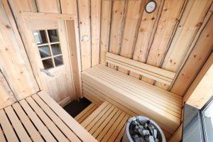 Uniikki sauna, jossa seinät tuppeensahattua keloa.